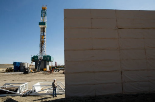 Drilling rig sound wall